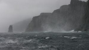 Felsige Klippen an der Küstenlinie in Tasmanien